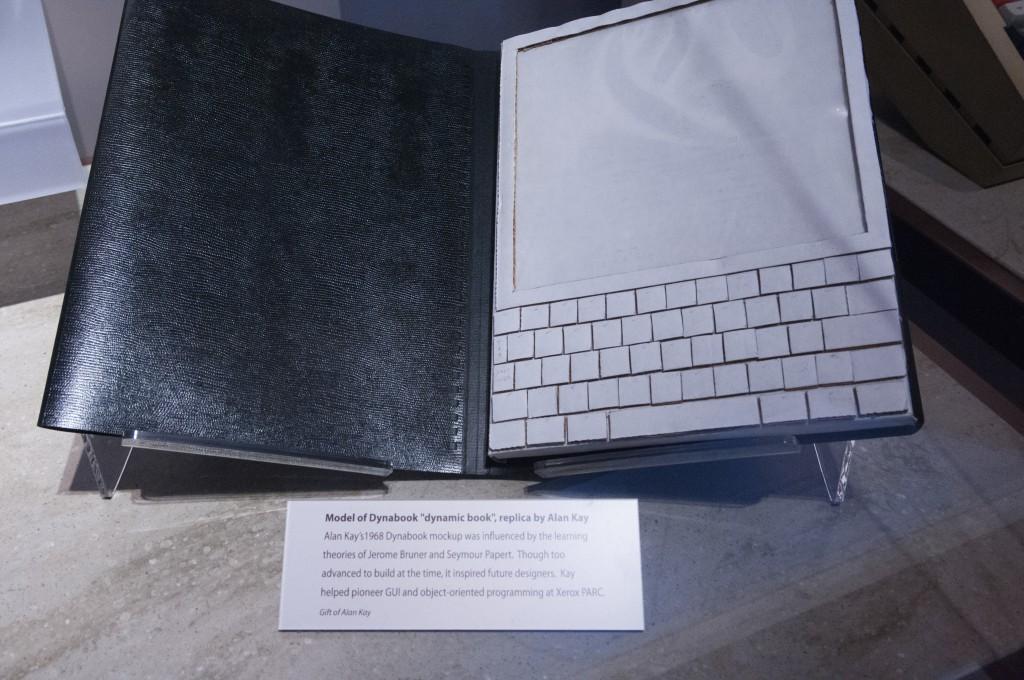 """アラン・ケイがダンボールで作った、理想のパソコン""""ダイナブック""""のモックアップ"""